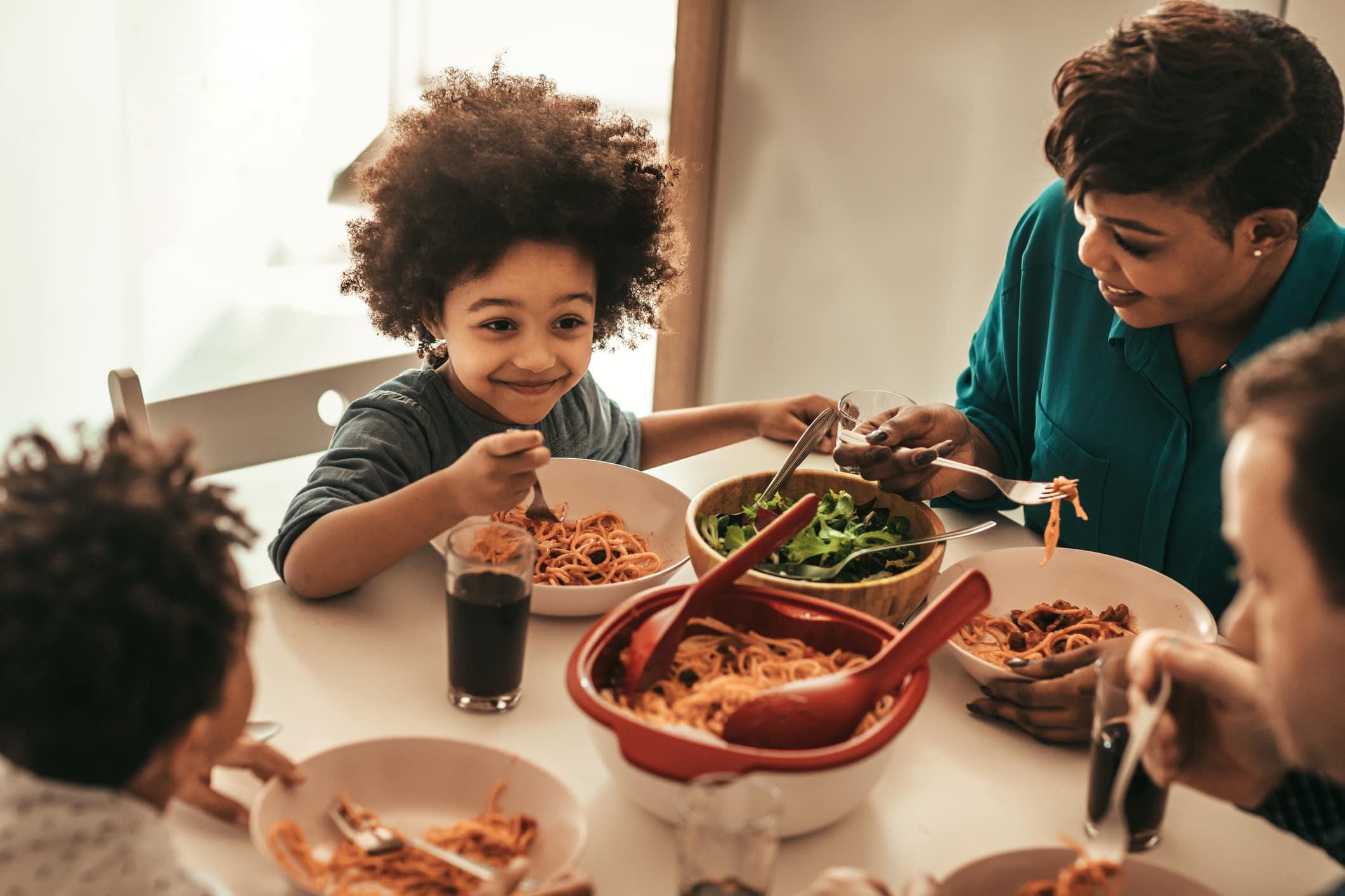 Leuke familie die samen luncht.