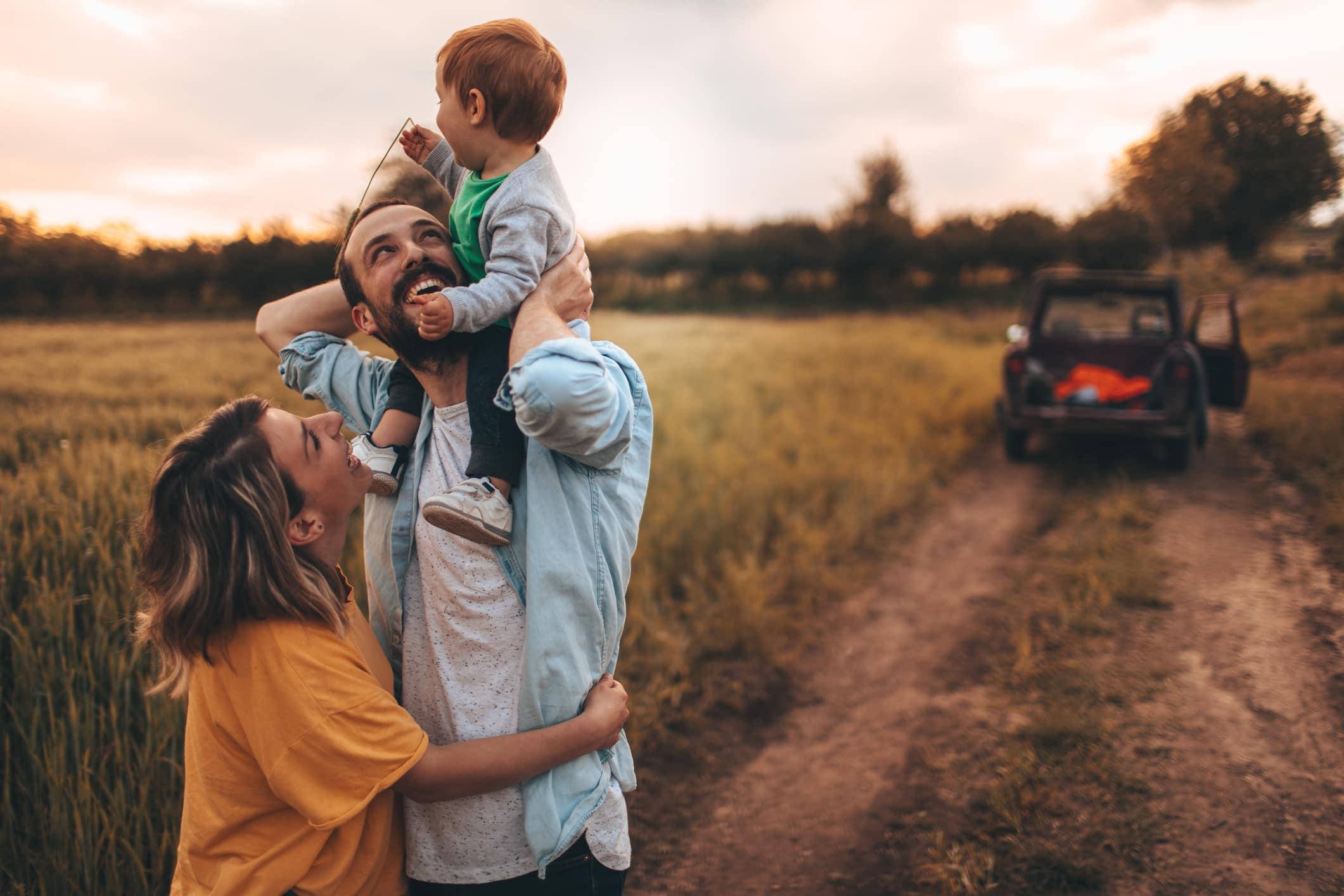 Foto van een jong gezin dat wat quality time samen buiten in de natuur doorbrengt, met hun zoontje