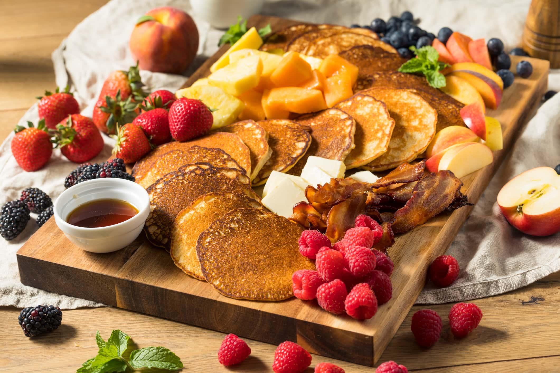 Zelfgemaakte Pannenkoek Charcuterie Bord Met Fruit En Spek