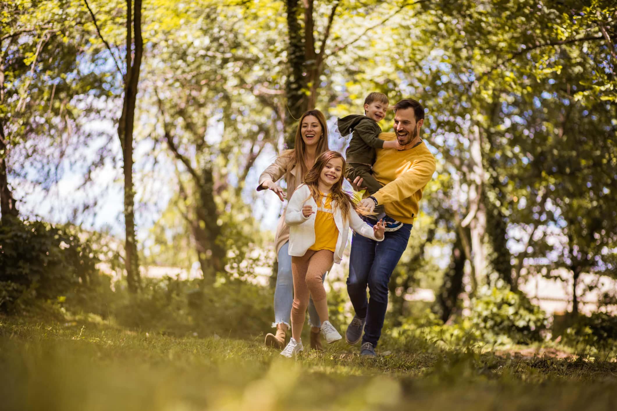 Het is tijd voor familie quality time.  Ouders brengen tijd met hun kinderen buiten door.