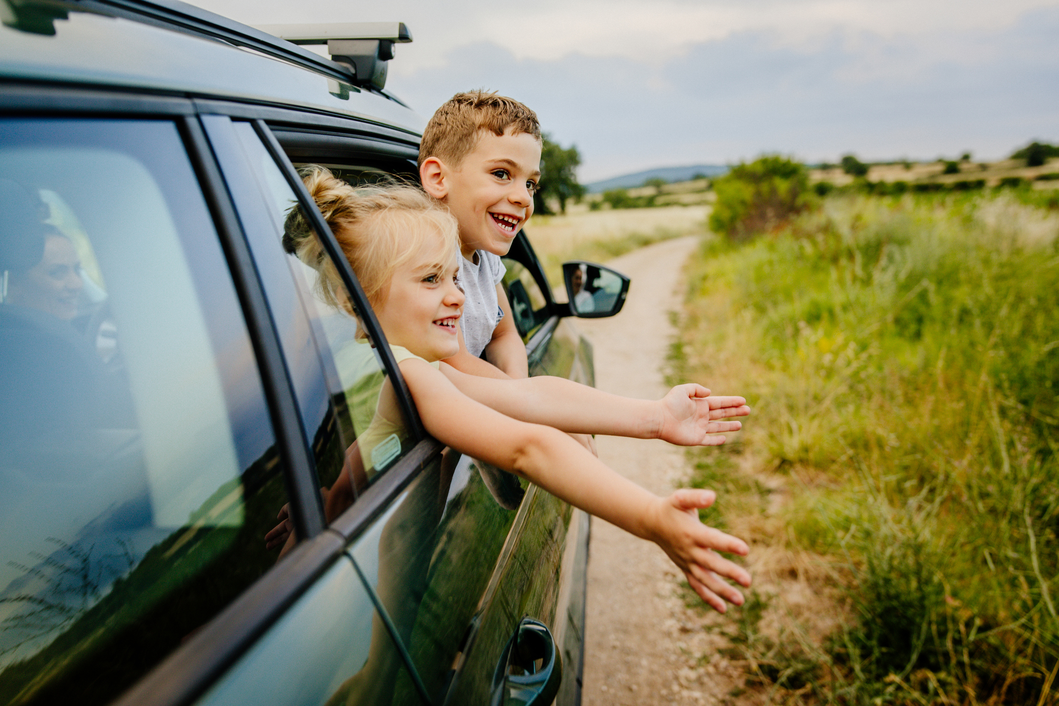Foto van lachende broer en zus op de roadtrip