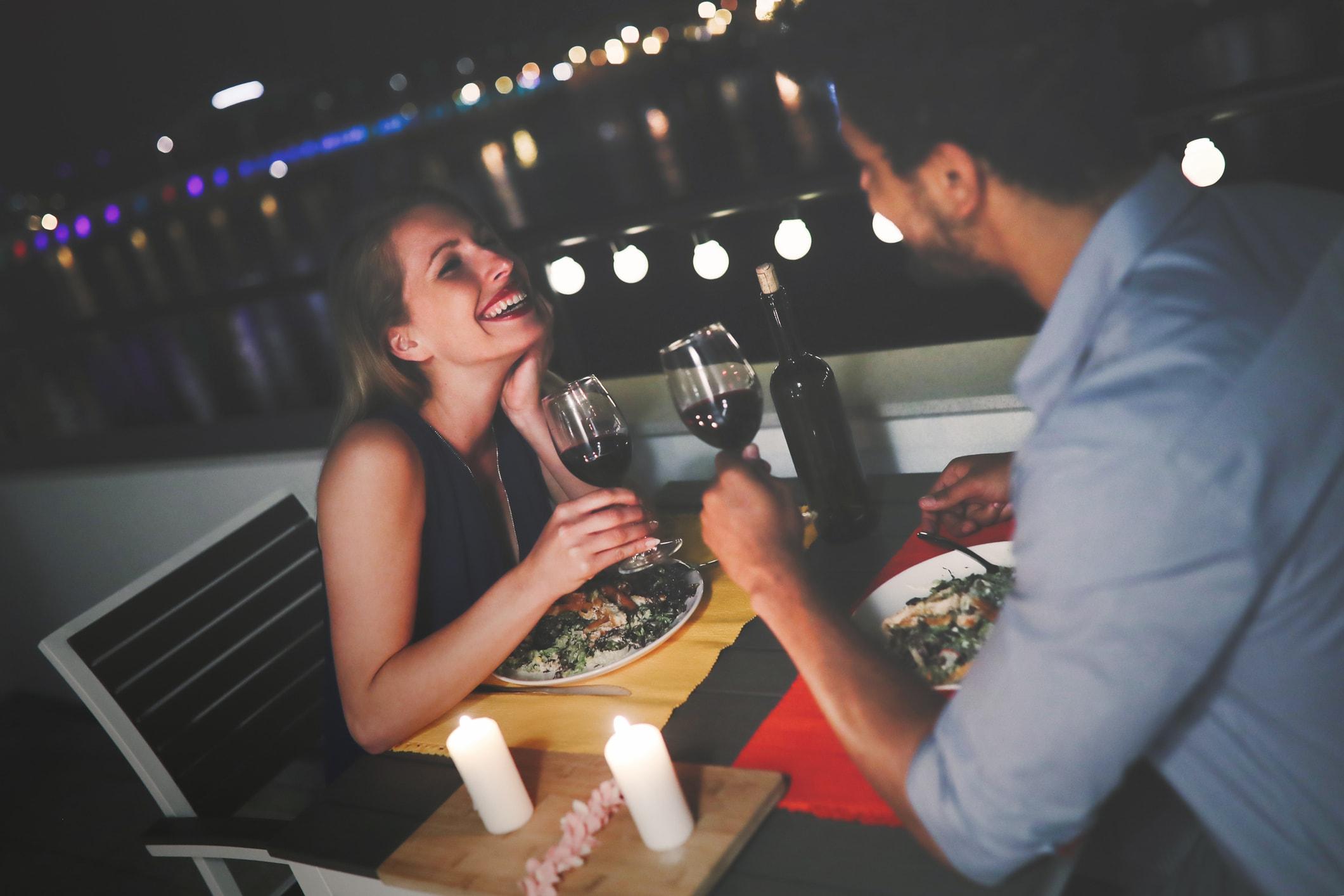Jong mooi paar verliefd met romantisch diner 's nachts op het dak